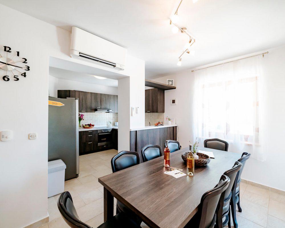 Die Küche ist mit dem Essbereich direkt miteinander verbunden. Am Tisch finden 8 Personen Platz zum Essen.
