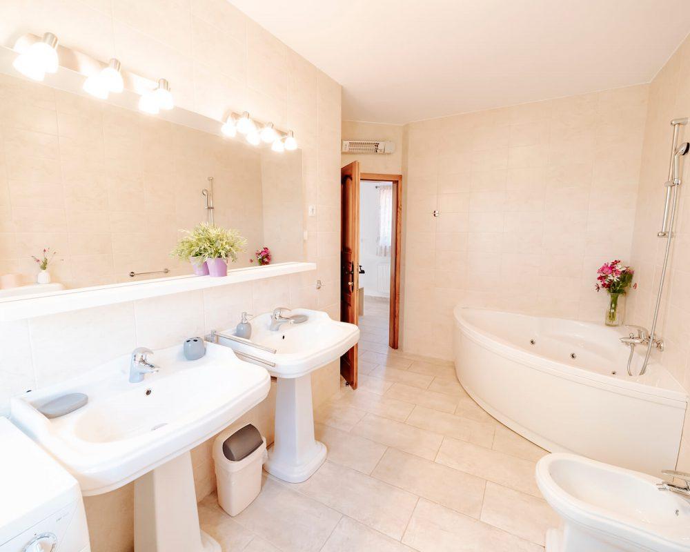 In dem großen Badezimmer befindet sich eine Hydromassage-Badewanne zum entspannen.