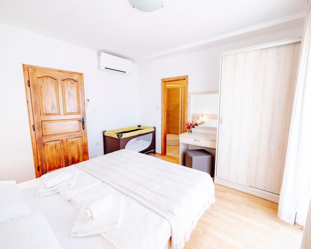 Das Schlafzimmer mit dem Doppelbett hat ein eigenes Bad und einen großen Kleiderschrank.