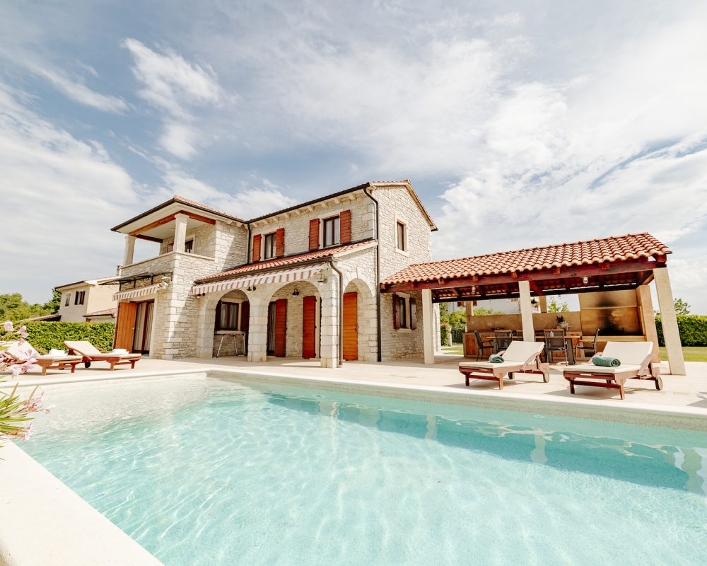 Der erfrischende Swimmingpool befindet sich gleich neben der Villa Begonia. Auf der Terrasse sind Sonnenliegen zum Sonnenbaden, sonnengeschützt ist man unter den Markisen.