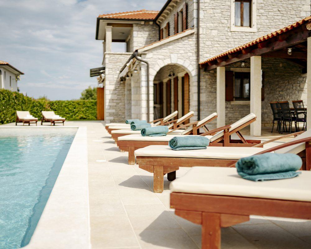 Die Villa Begonia hat Acht schicke Sonnenliegen die um den Swimmingpool stehen. Diese sind perfekt auf den erfrischenden Pool ausgerichtet.