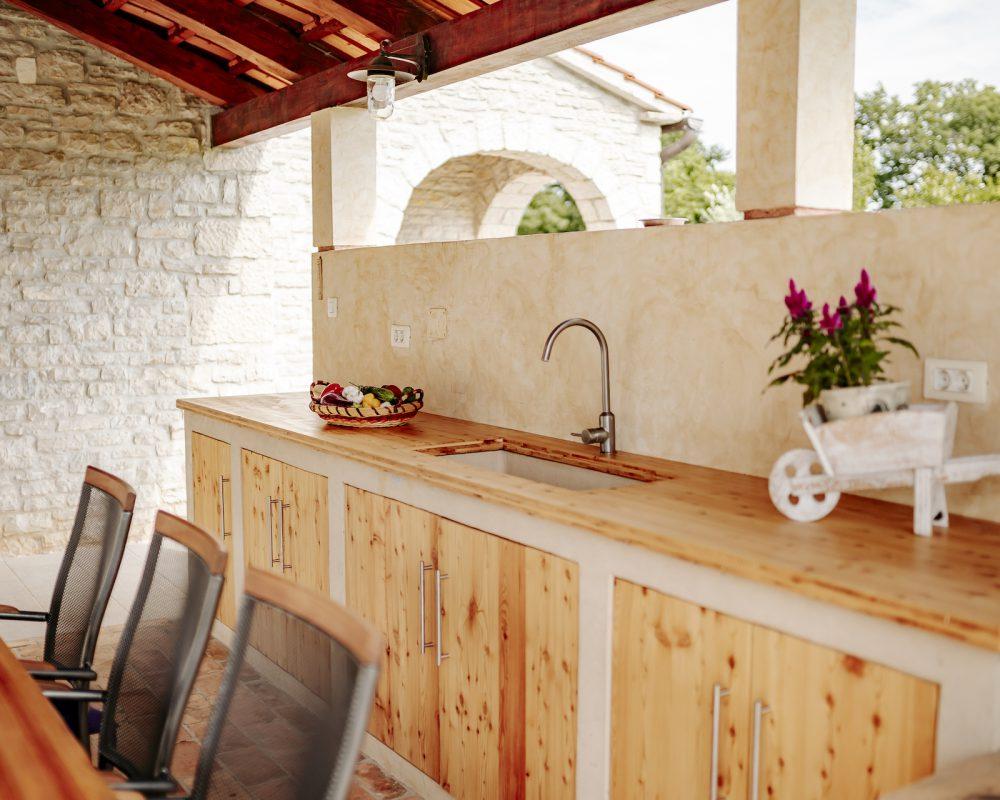 Im Außenbereich der Villa Begonia befindet sich eine überdachte, rustikale Außenküche. Hier kann gekocht und gegrillt werden.