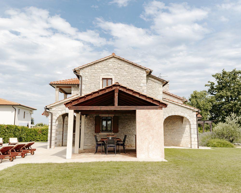 Im Außenbereich befindet sich eine überdachte, rustikale Außenküche. Hier kann gekocht und gegrillt werden.