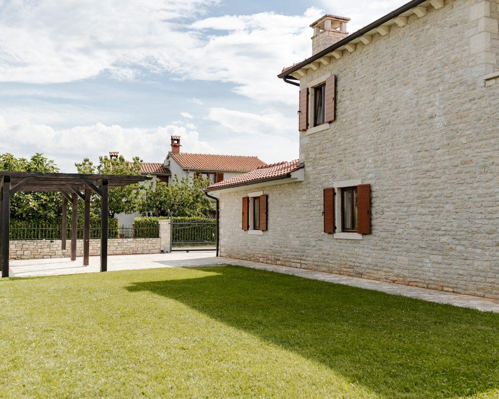 Im Außenbereich der Villa befindet sich ein überdachtes Carport.