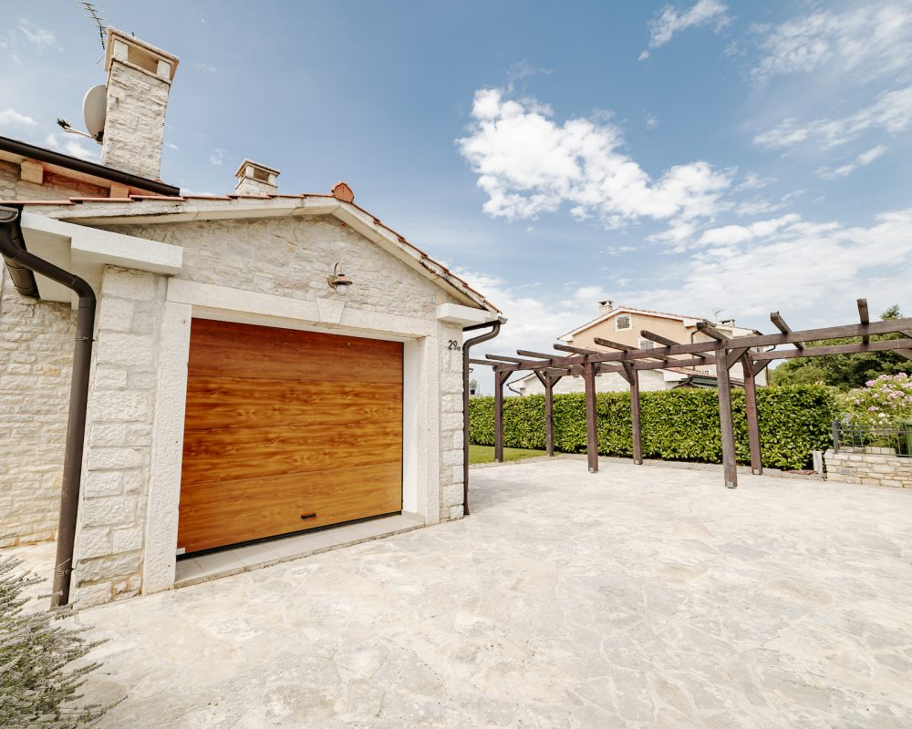 Die große Einfahrt führt direkt zu der Garage des Ferienhauses.