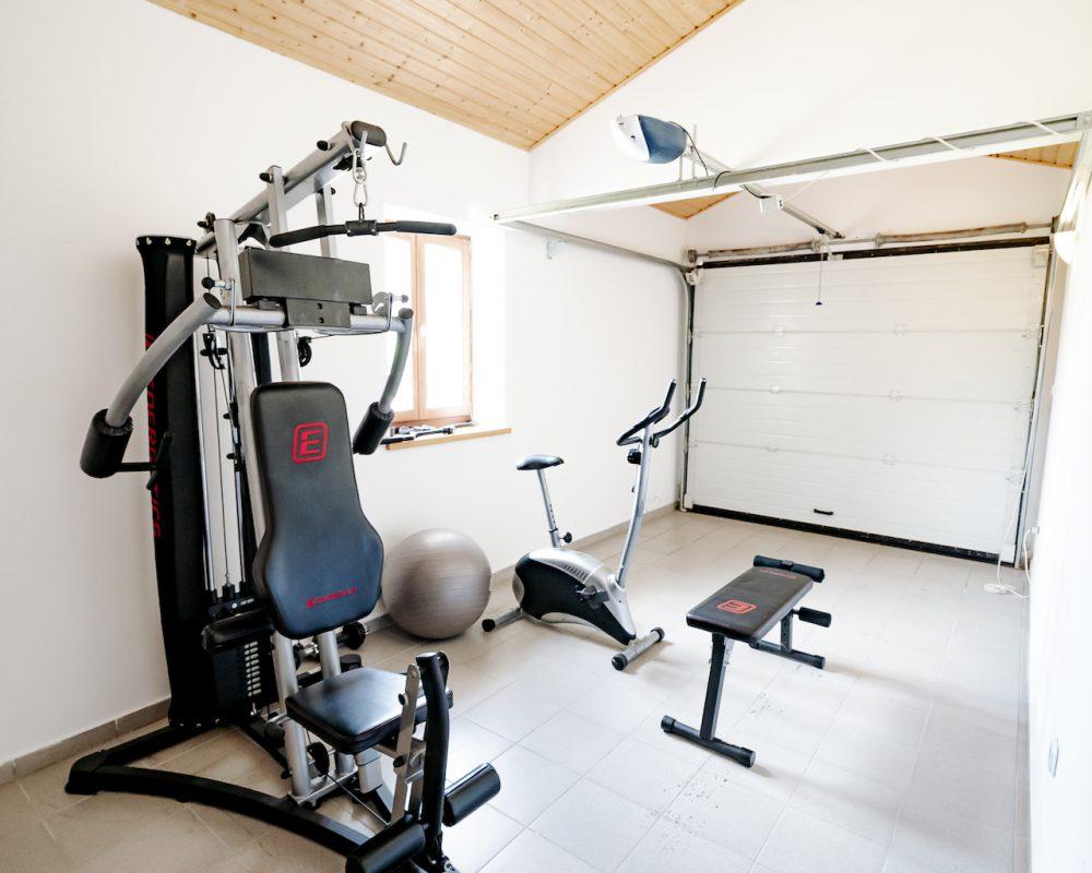 Die Villa Bergonia besitzt einen kleinen Fitnessraum mit Sportgeräten wie zum Beispiel Hanteln, ein Crosstrainer oder eine Kraftstation.