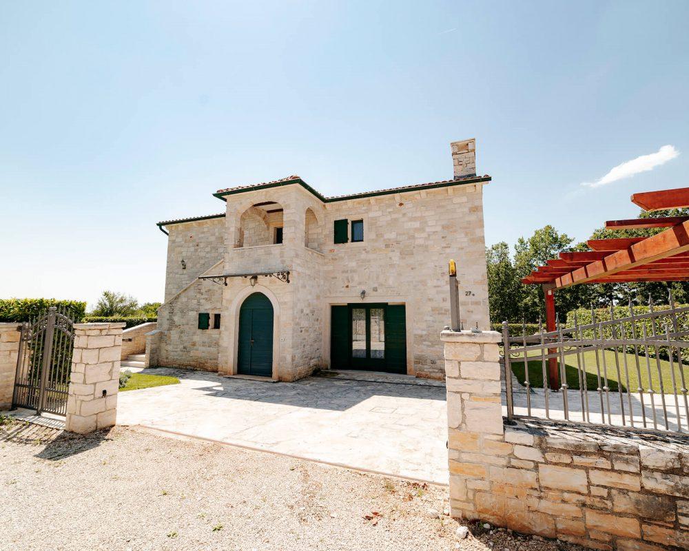 Villa Dracena Frontansicht mit Einfahrt