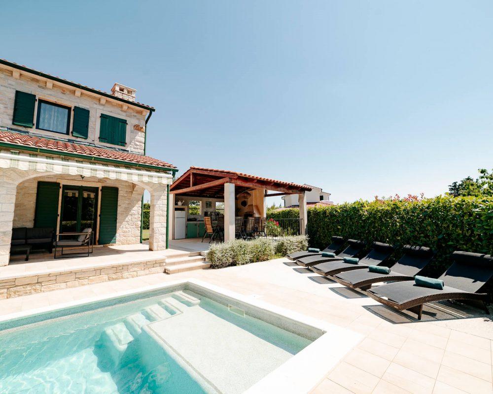 Villa Dracena Pool und Sonnenliegen