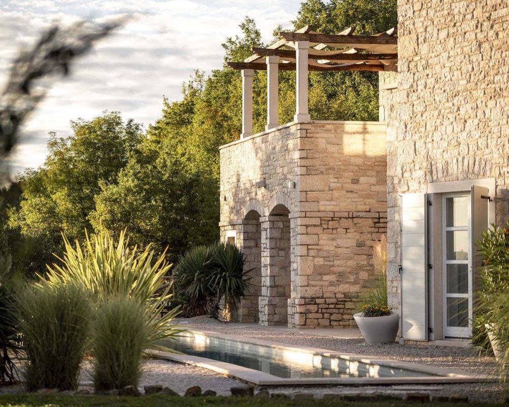 Die große Dachterrasse der Villa Istria ist nach Süden ausgerichtet. Sie bietet einen atemberaubenden Blick auf die Landschaft Istriens.