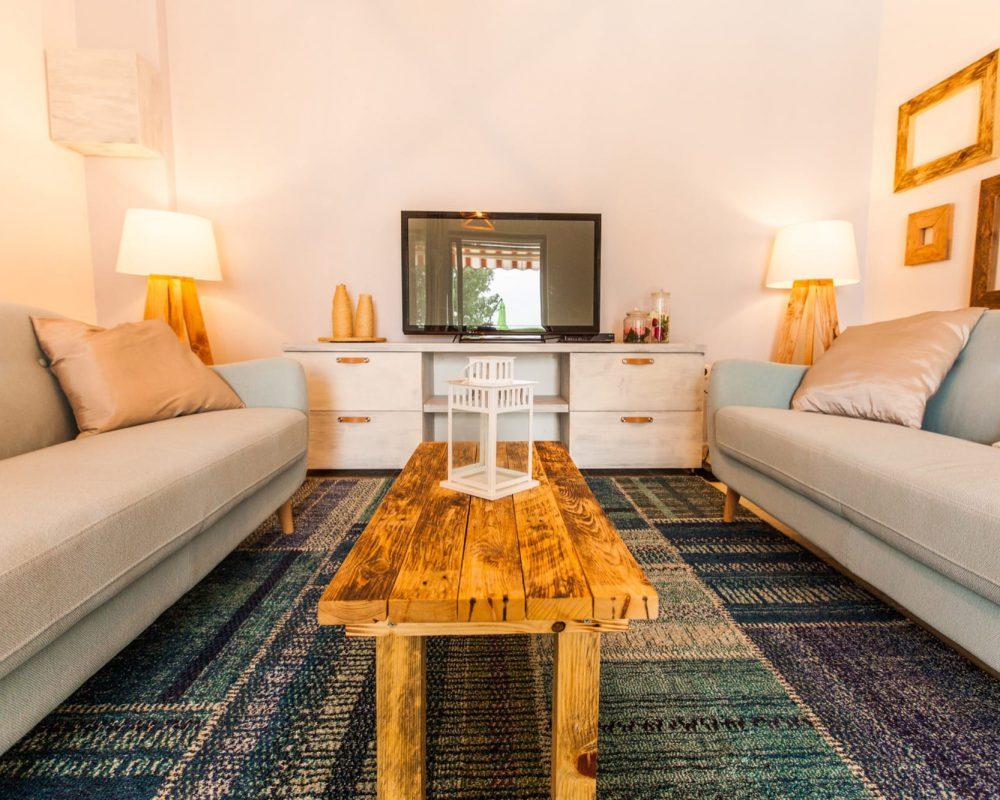 Das Ferienhaus auf Istrien hat einen Wohnbereich mit einem Fehrnseher und einem gemusterten Teppich.