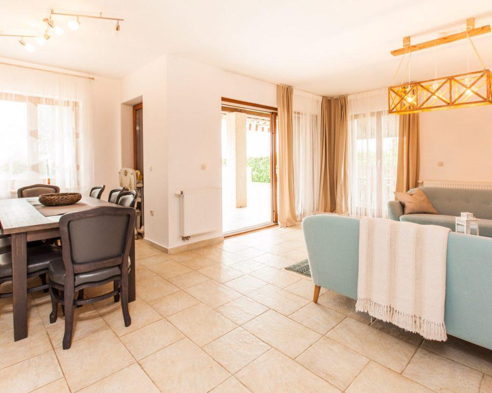 Das große Wohnzimmer ist direkt mit dem Essbereich und der Küche verbunden.