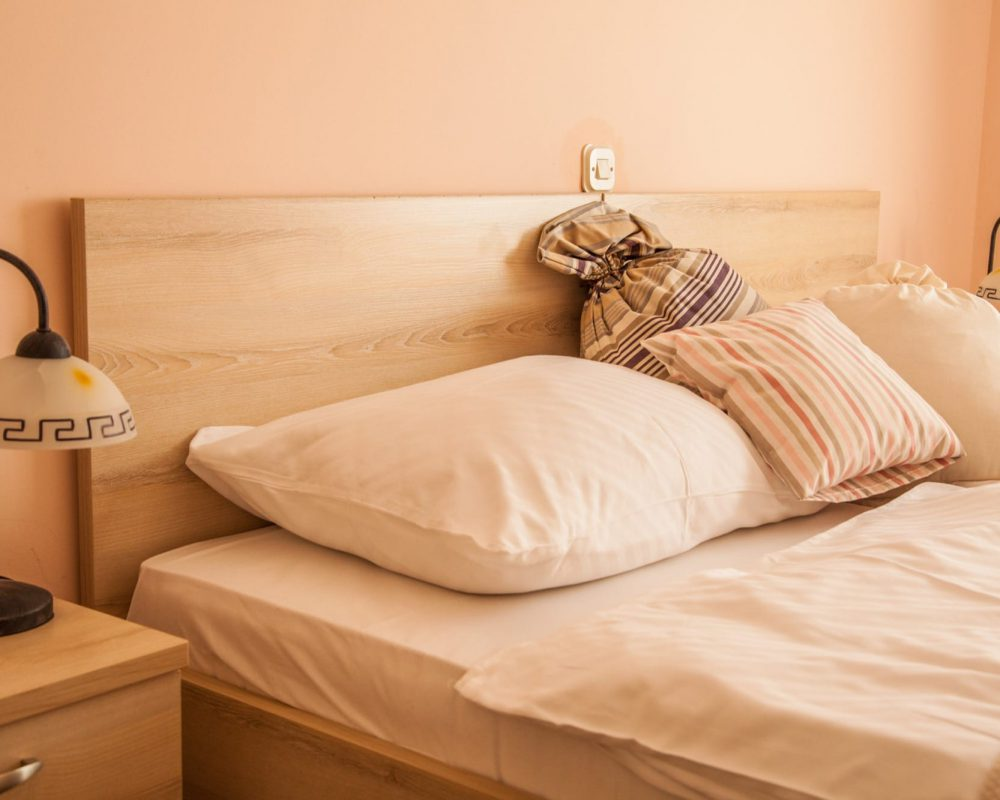 Über dem Doppelbett des großen Schlafzimmers befindet sich ein Lichtschalter für das Hauptlicht des Zimmers.