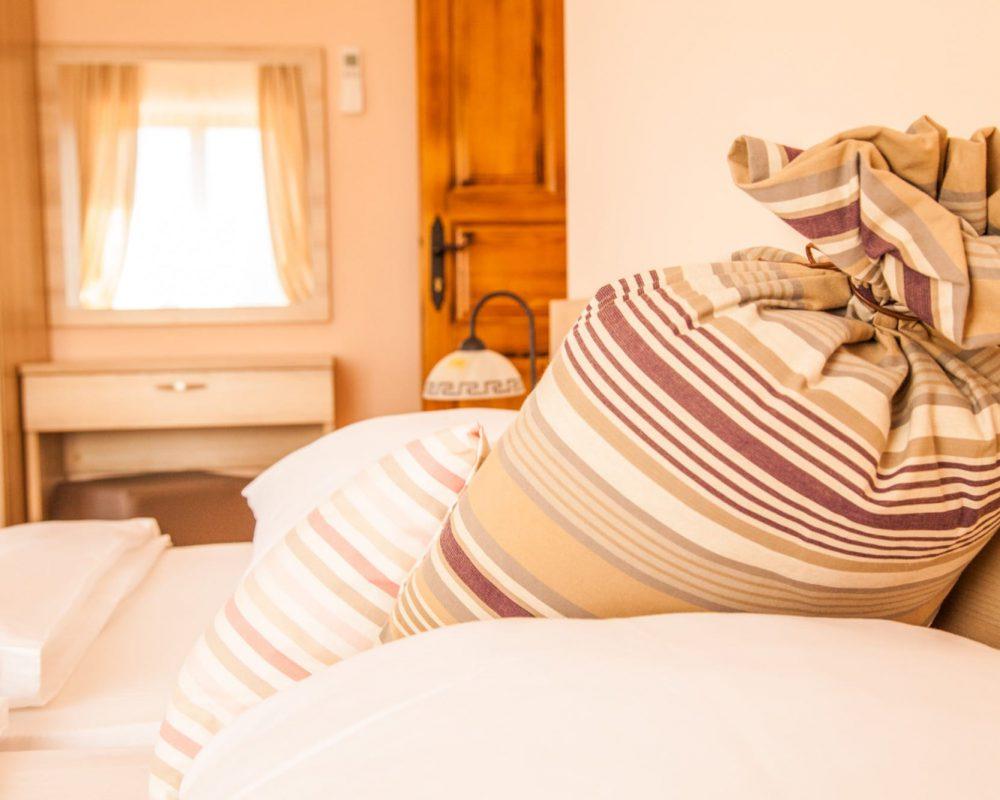 Das gemütliche Schlafzimmer, der Villa Alma, hat ein komfortables Doppelbett mit zwei Nachttischen und zwei Tischlampen.
