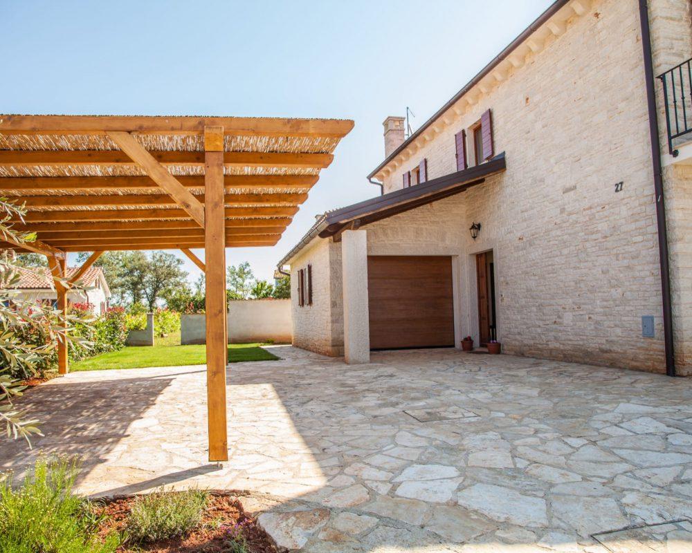 Die Vila Alma auf Istrien hat einen überdachten Parkplatz und eine Garage.