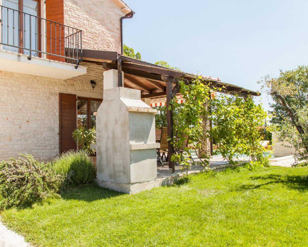 Das Ferienhaus Villa Alma auf der Halbinsel Istrien besitzt einen offenen Grillkamin im Außenbereich.