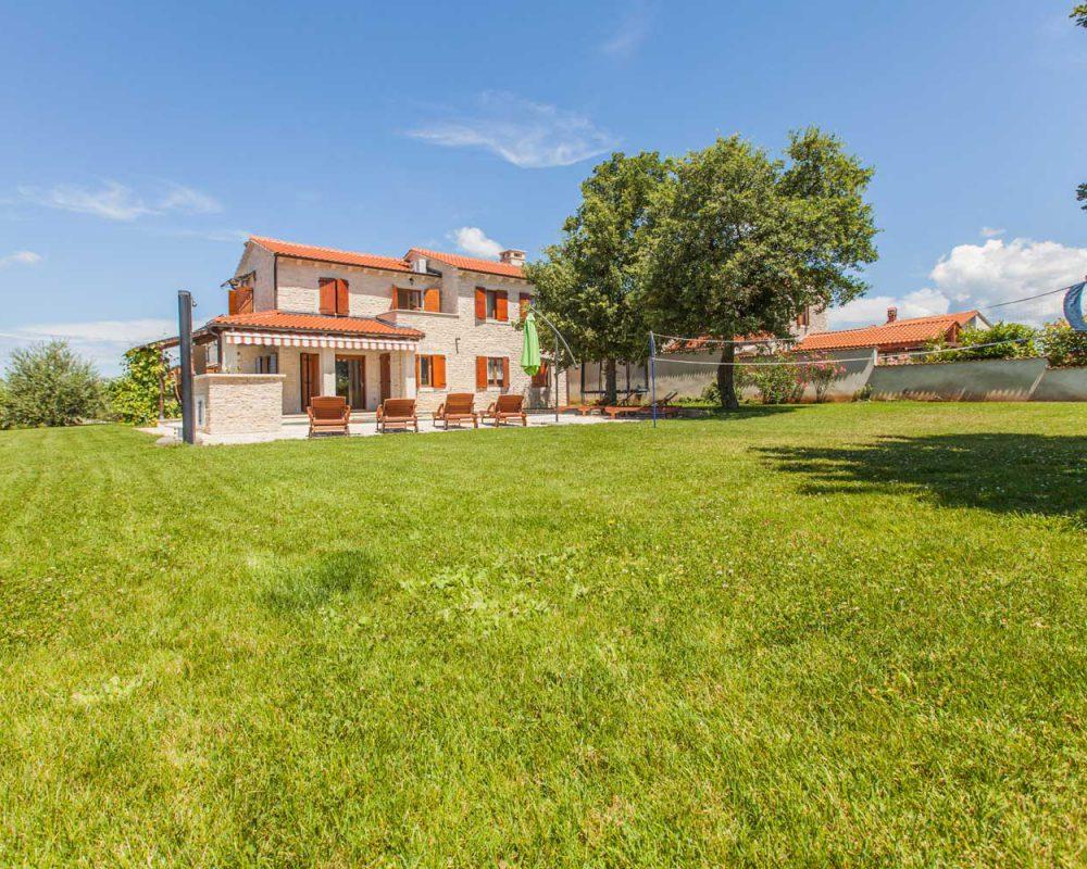 Die Villa Alma lässt Sie im schönen Garten Ihren Arbeitsalltag vergessen. Unter den zwei großen Bäumen ist ein verträumter Urlaubstag im Ferienhaus eine Wohltat.