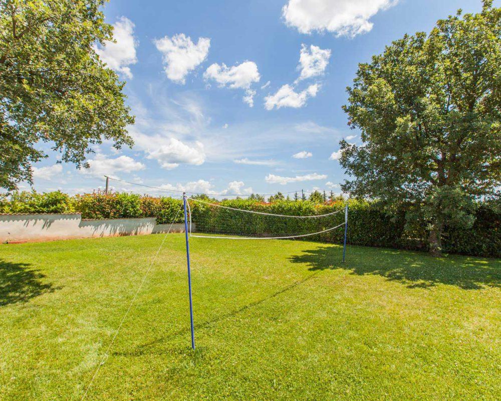 Im Garten des Ferienhauses Villa Alma lädt ein Badmintonplatz auf der großzügigen Wiese zum Match ein.