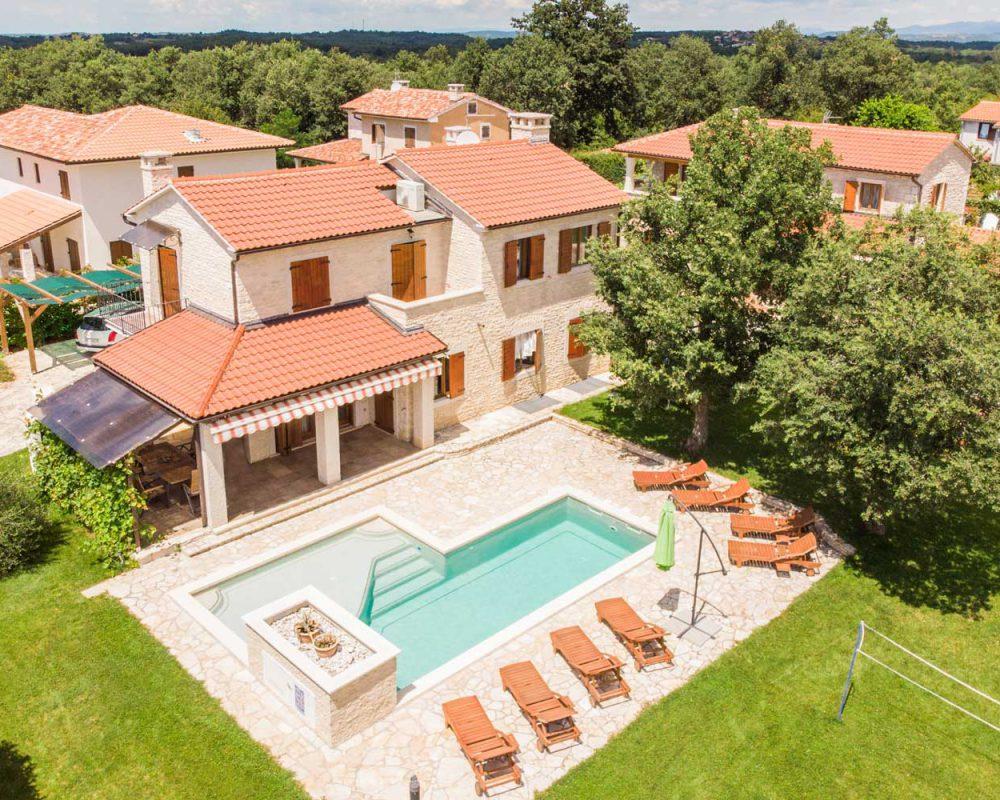 Die Villa Alma liegt eingebettet in sanftes Grün der kroatischen Halbinsel Istrien.