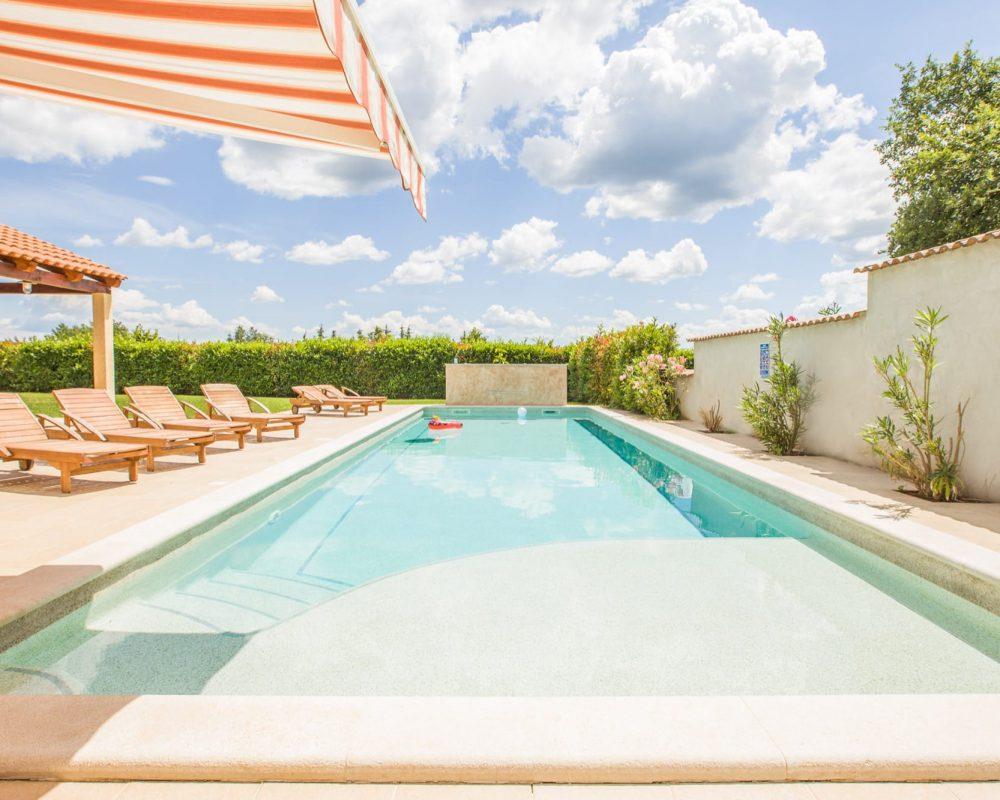 Der Swimmingpool der Villa Begonia ist 50m² groß. Er hat einen flachen und einen tiefen Bereich.