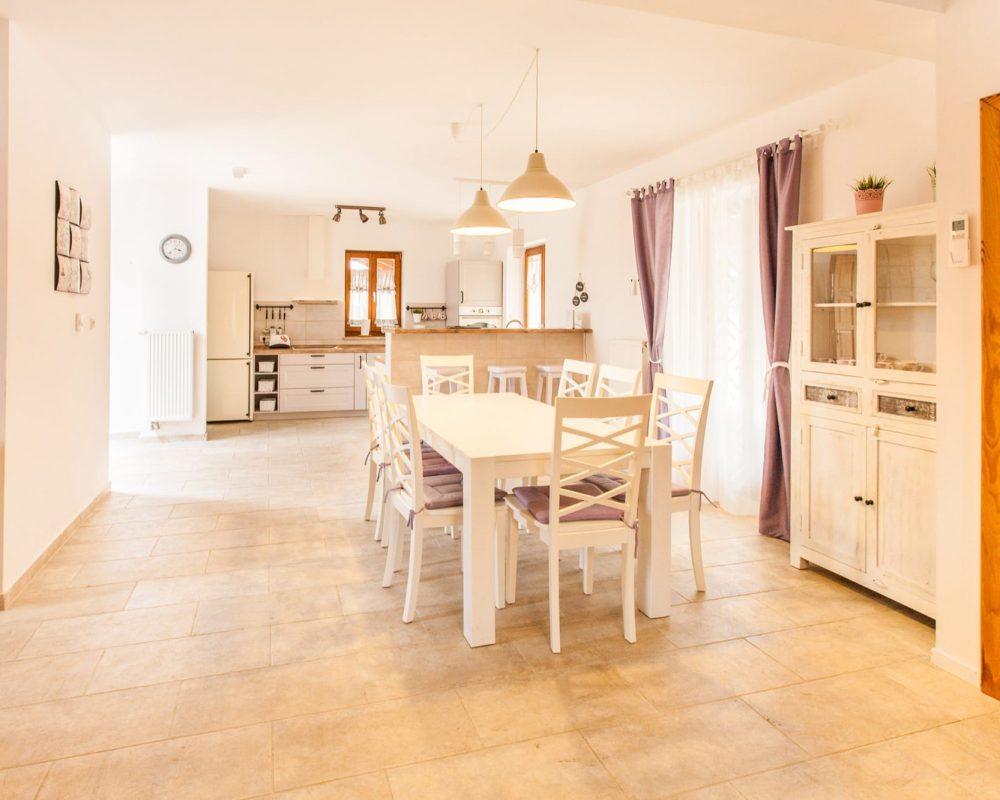 Der Essbereich ist direkt mit dem offenen Wohnzimer und der Küche mit Bar verbunden. Es gibt mehrere Türen die zur großen Terrasse in den Außenbereich führen.