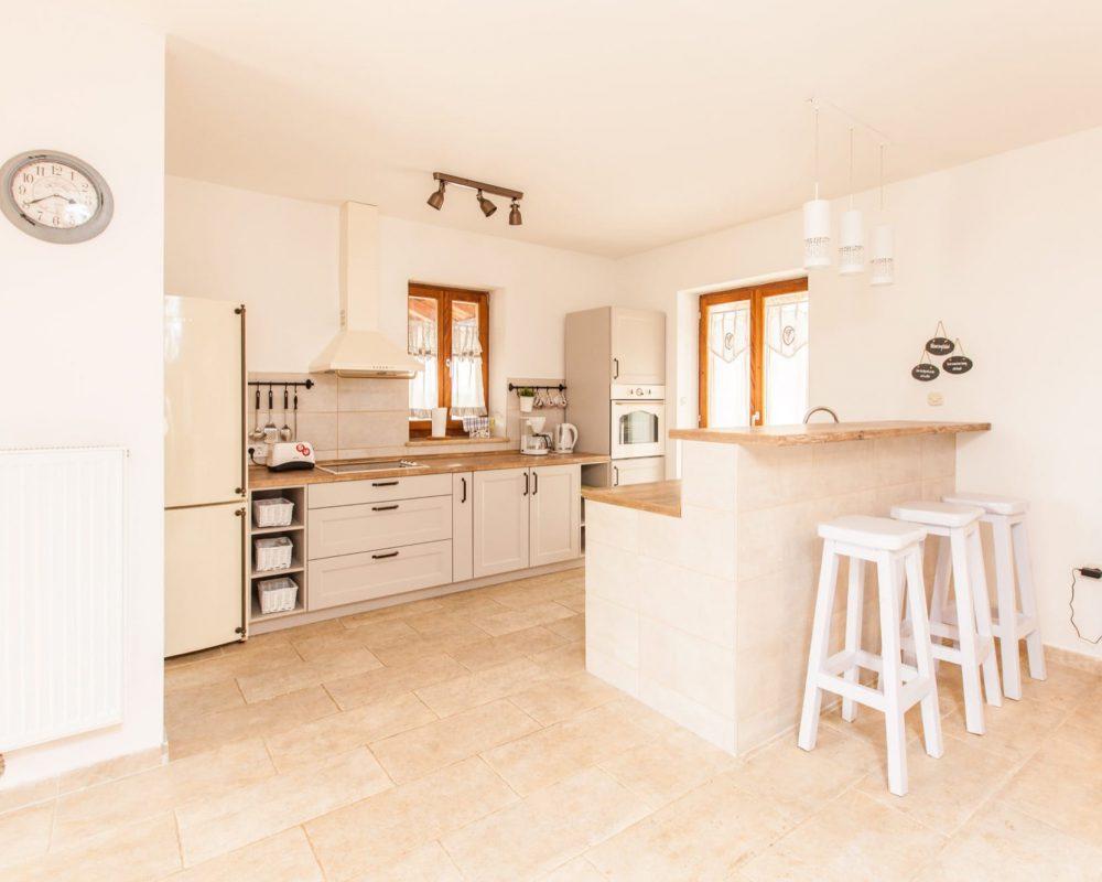 Die Küche verfügt auch über eine kleine Bar mit drei hohen Hockern und einen Waserkocher, Toaster sowie eine Kaffeemaschiene.