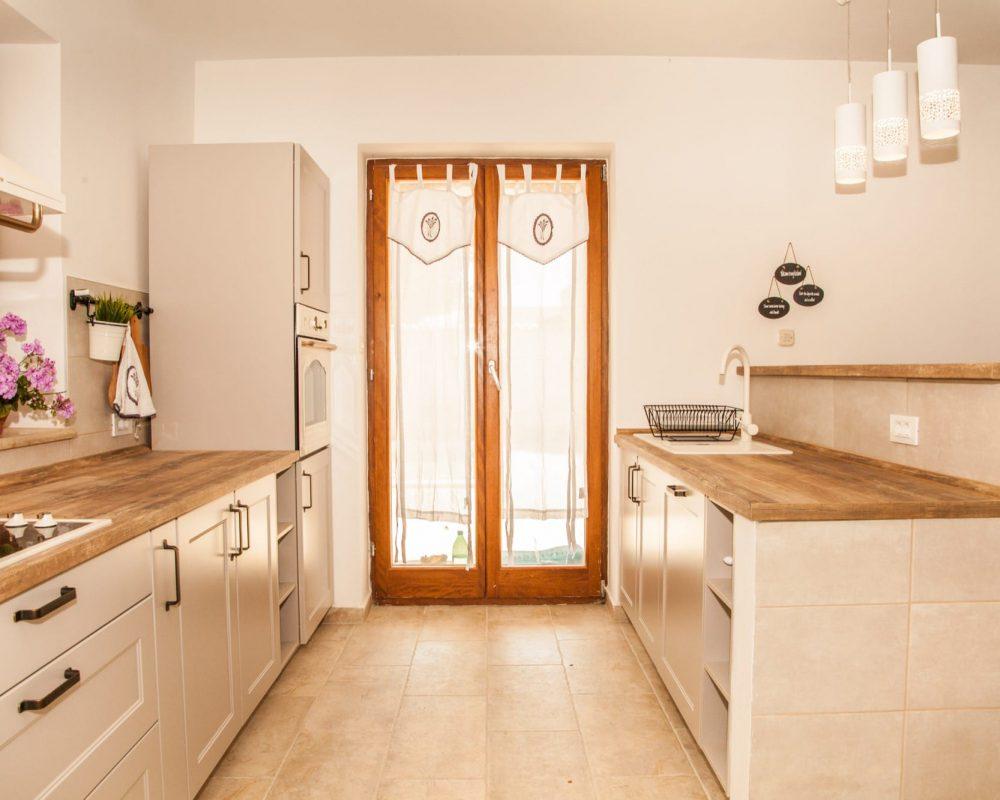 Auch die Küche der Villa Begonia hat einen direkten Zugang zur großen Terrasse und dem Garten.