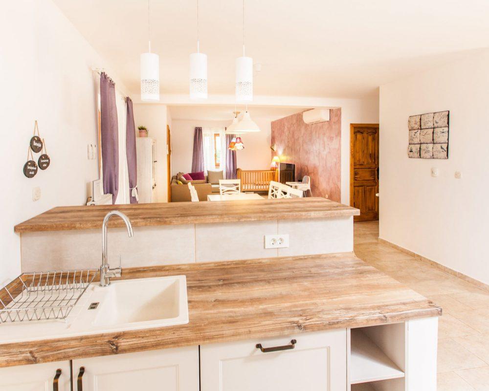 Die Villa Begonia hat eine offene Küche. Sie ist direkt mit dem Essbereich und dem Wohnzimmer verbunden.