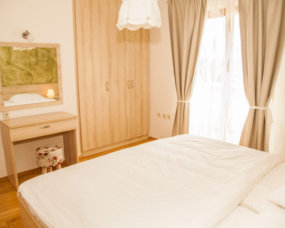 Das Schlafzimmer mit Doppelbett hat einen kleinen Balkon, von dem man eine wunderschöne Aussicht auf den Garten und die istrische Landschaft hat.
