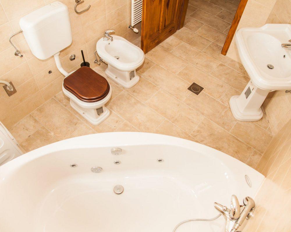 Das große Badezimmer verfügt über eine große, schicke Hydromassagewanne.