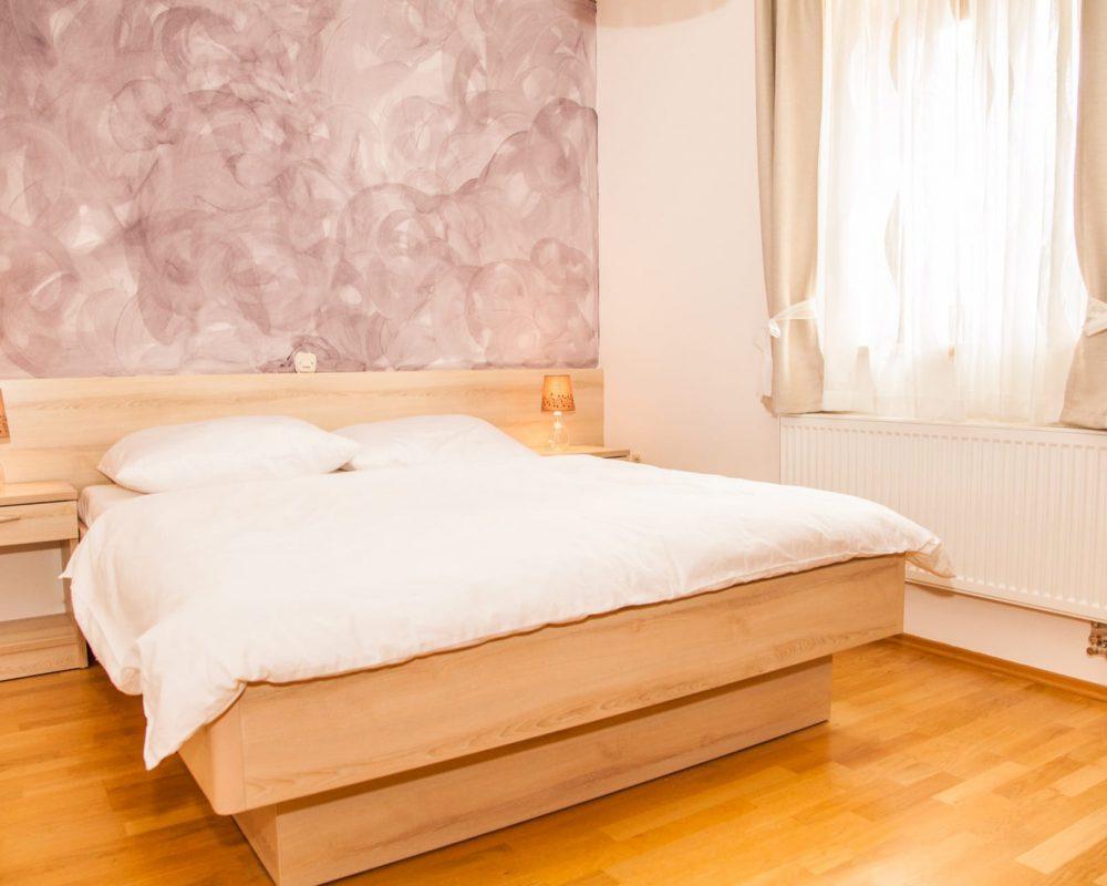 Das große Schlafzimmer hat eine lavendelfarbene Wand, um den mediterranen Flair perfekt zu machen.