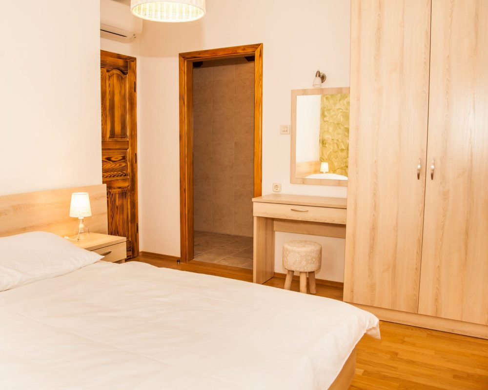 Das Schlafzimmer mit Doppelbett hat ein eigenes Bad, eine Klimaanlage und einen großen Kleiderschrank.