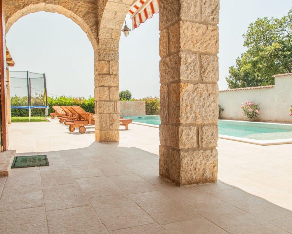 Das Ferienhaus bietet viele Möglichkeiten, die am sonnigen Tag Schatten spenden.