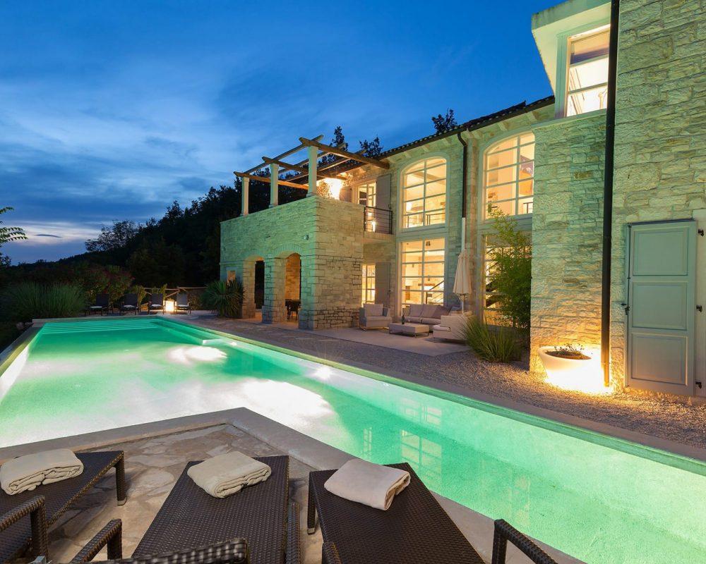 Wenn es dunkel wird, ist der Pool von innen und das Haus von außen beleuchtet.