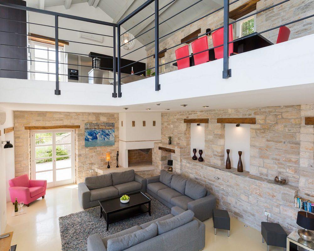 Das modern eingerichtete Ferienhaus besteht aus zwei Etagen. In dem Erdgeschoss befindet sich das große Wohnzimmer mit der eleganten Sitzlandschaft. Im Obergeschoss sind Essbereich, Küche und die Dachterrasse. Die Schlafräume verteilen sich auf die Etagen.