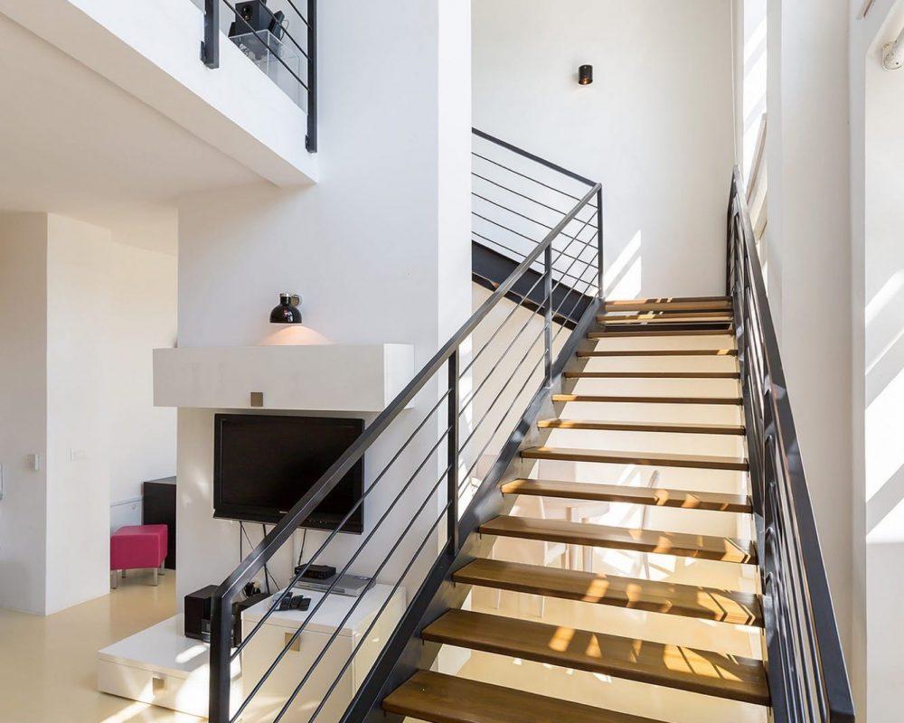 Die zwei Etagen des Ferienhauses, sind mit einer modernen Treppe verbunden.