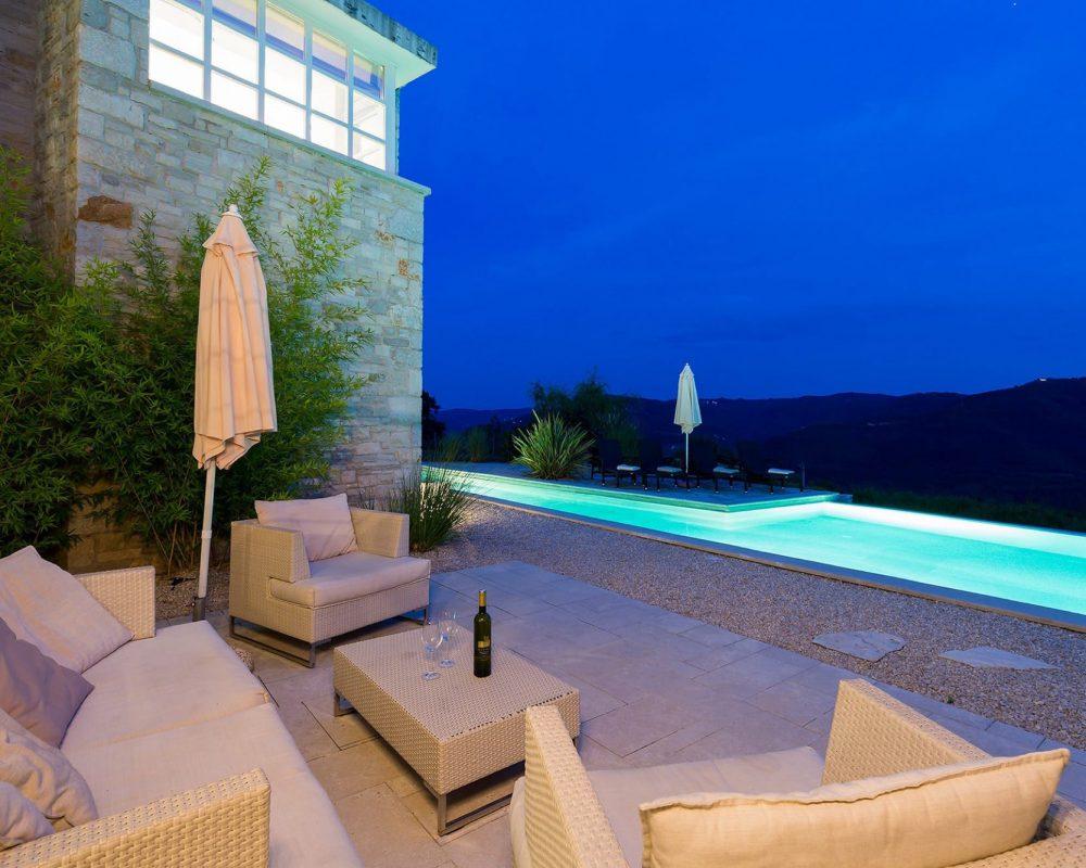 Die Terrasse des Ferienhauses, Villa Kirin, ermöglicht einen wunderschönen Außblick auf den großen Swimmingpool und die tolle istrische Landschaft.