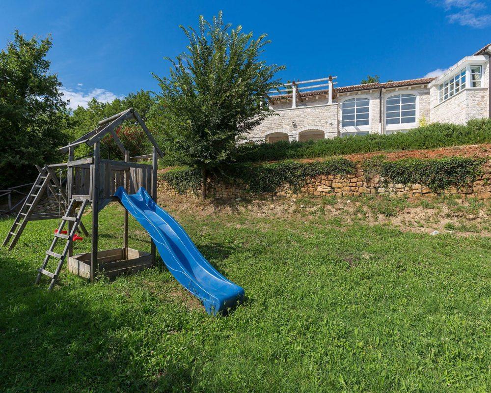 Für kleine Kinder verfügt die Villa Kirin über einen kleinen Spielplatz mit einer Rutsche und anderen Spielgeräten.