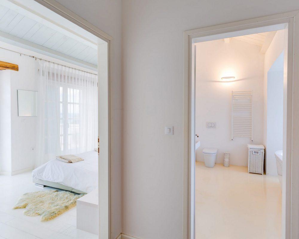 Das große Doppelzimmer verfügt über ein eigenes Badezimmer. Es ist das größte Bad der Villa Kirin.