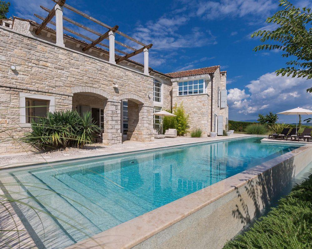 Die Villa Kirin hat etwa 250qm Wohnfläche. Auf dem Grundstück befindet sich der große Infinity Pool, ein Spielplatz und ein bepflanzter Garten.