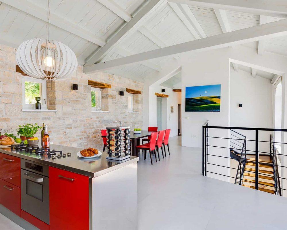 Die modern eingerichtete Küche ist mit einem Ofen, einem Gasherd mit Vier Herdplatten und einem großen modernen Kühlschrank ausgestattet.