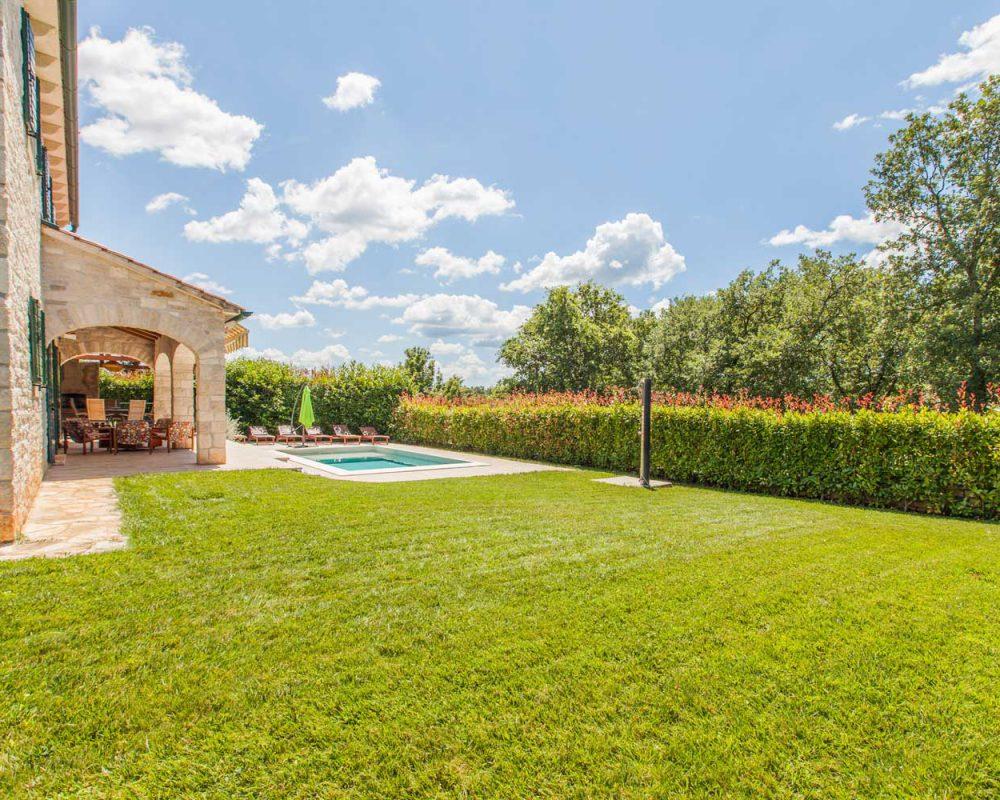 Auf dem Grundstück des Ferienhauses Villa Dracena befindet sich der Swimmingpool mit Sonnenliegen. Um das Haus wurde eine schöne, gepflegte Wiese angelegt.