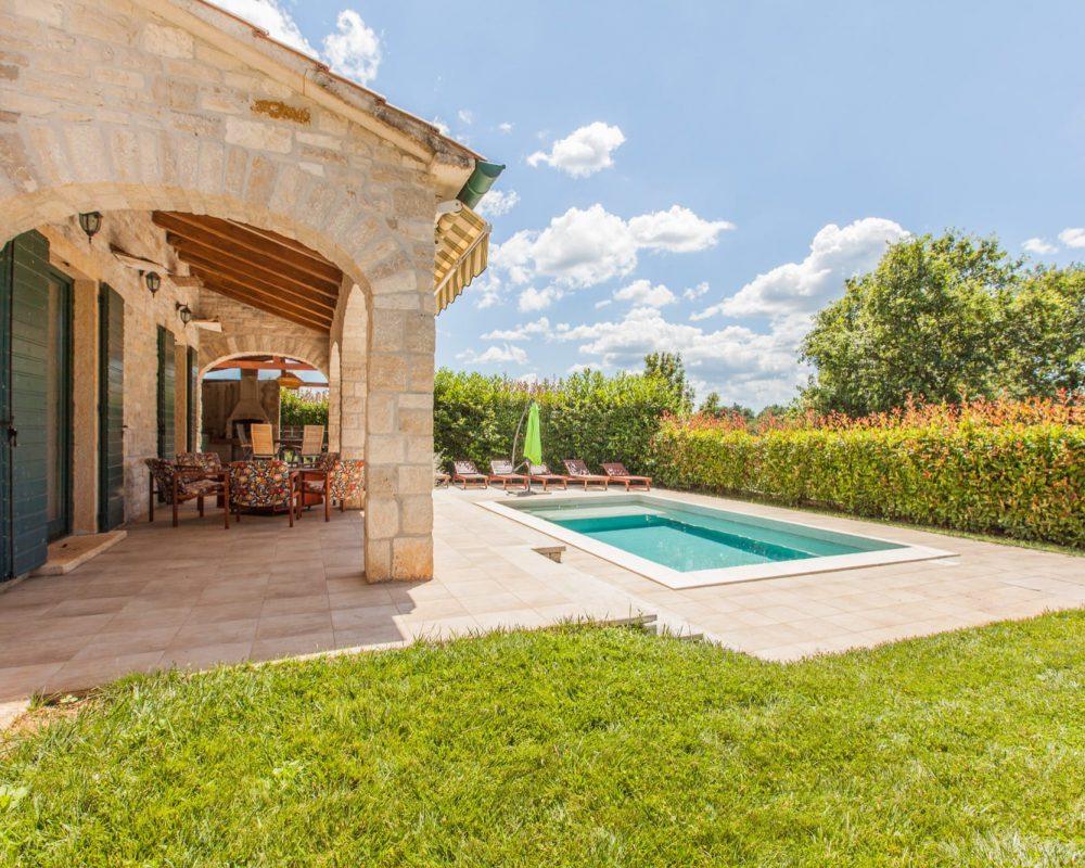 Zu der Steinvilla, Villa Dracena, gehört eine schattig überdachte Terrasse. Diese ist direkt gegenüber von dem erfrischenden Pool.
