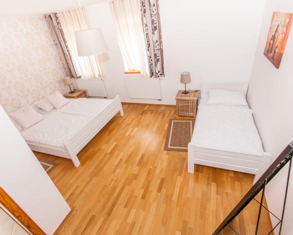 Das große Schlafzimmer hat ein Doppel-und ein Einzelbett und besitzt ein eigenes Badezimmer.