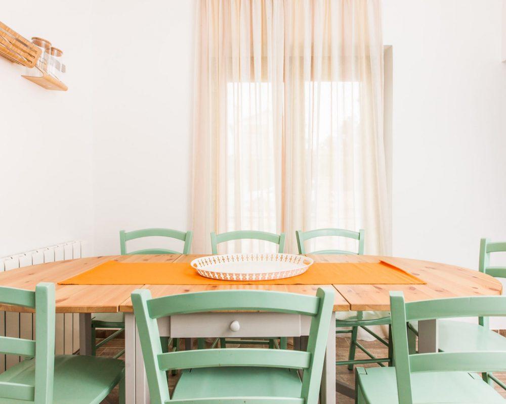 Der Essbereich, neben der Küche, besitzt einen ovalen Holztisch mit Sieben Holzstühlen. Es gibt eine Tür die direkt zu der großen Terrasse führt.